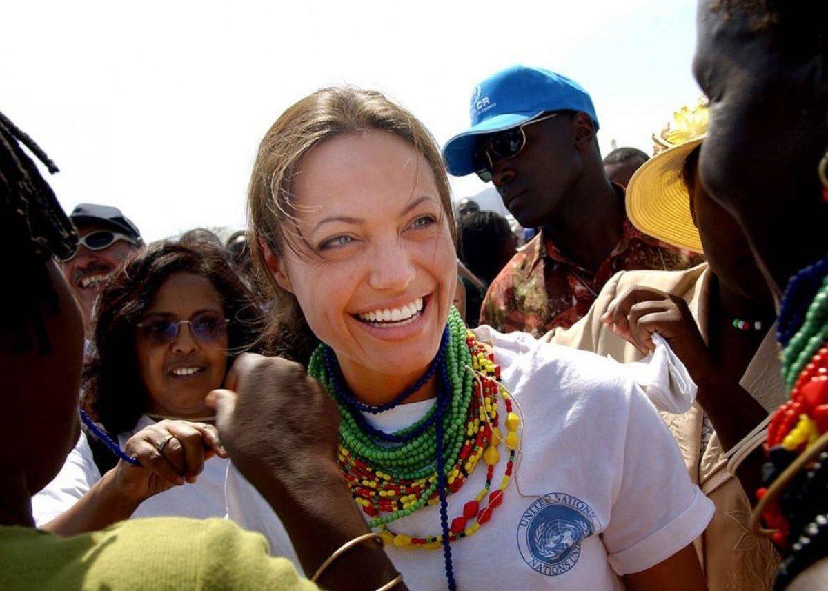 Благотворительность актрисы в бедных странах