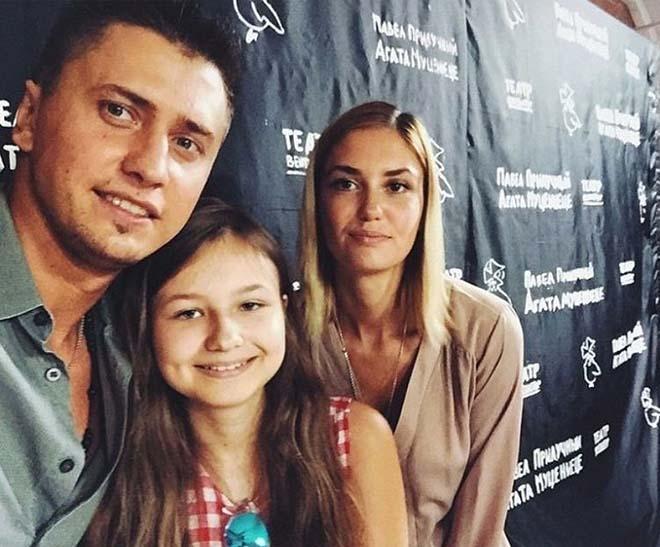 Павел Прилучный с женой и дочкой